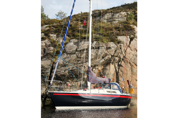 """First 30"", the first of the range of vessels ""First"" has been designed by Mauric, in collaboration with a small shipyard in Vendée, at this time: Bénéteau. It was the first composite sailboat to be built in series."